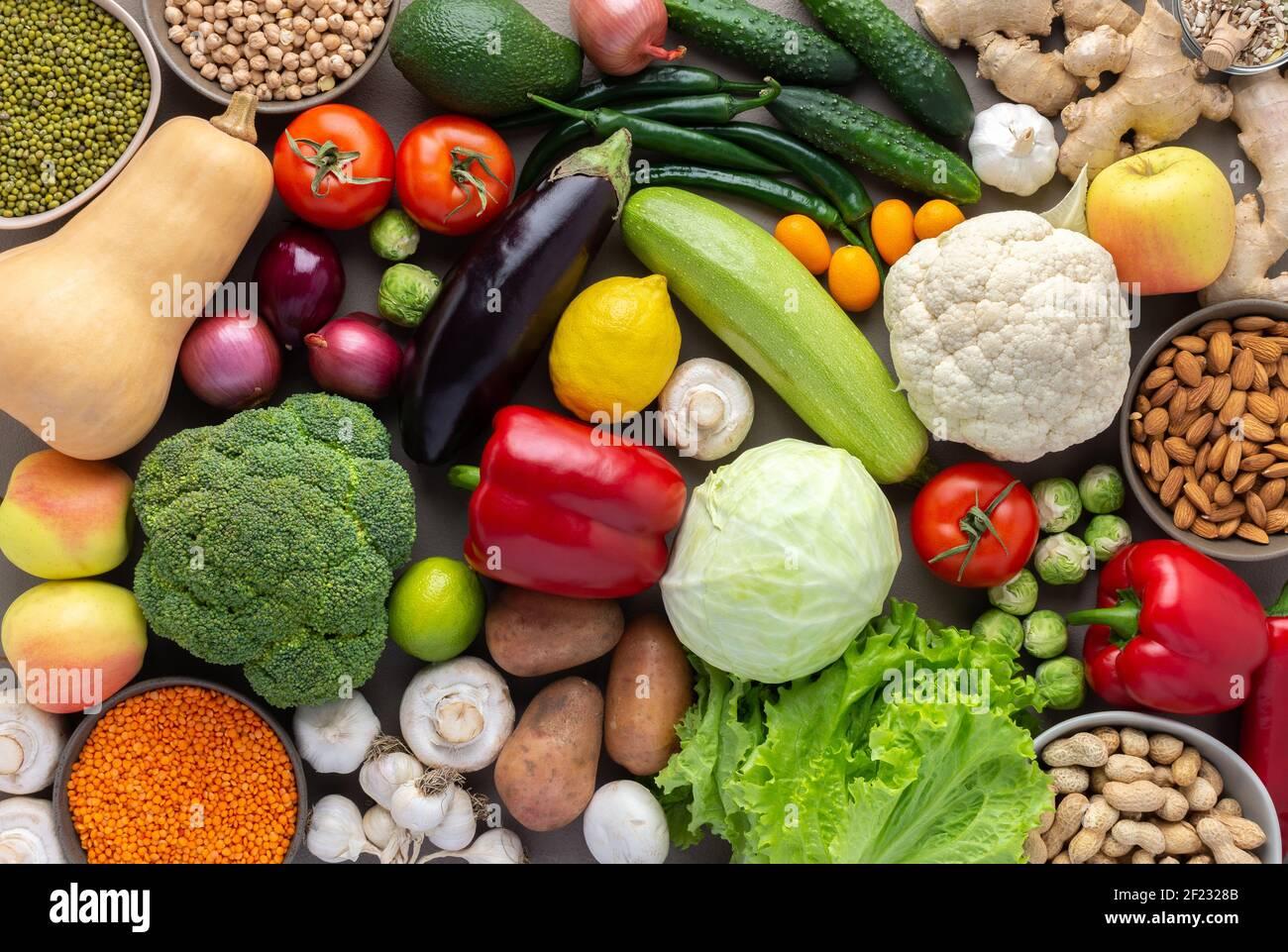 Verduras orgánicas frescas de granja, concepto de alimentos saludables, verduras y frijoles, superalimentos y ensalada verde, nueces y semillas, vista superior Foto de stock