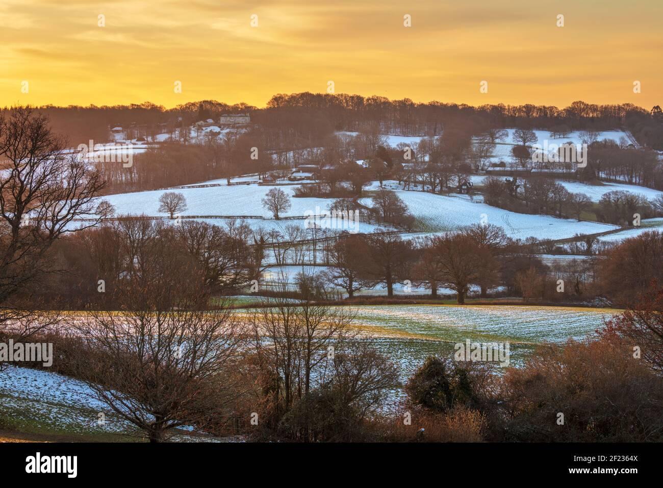 Amanecer invernal sobre el paisaje de High Weald, Burwash, East Sussex, Inglaterra, Reino Unido, Europa Foto de stock