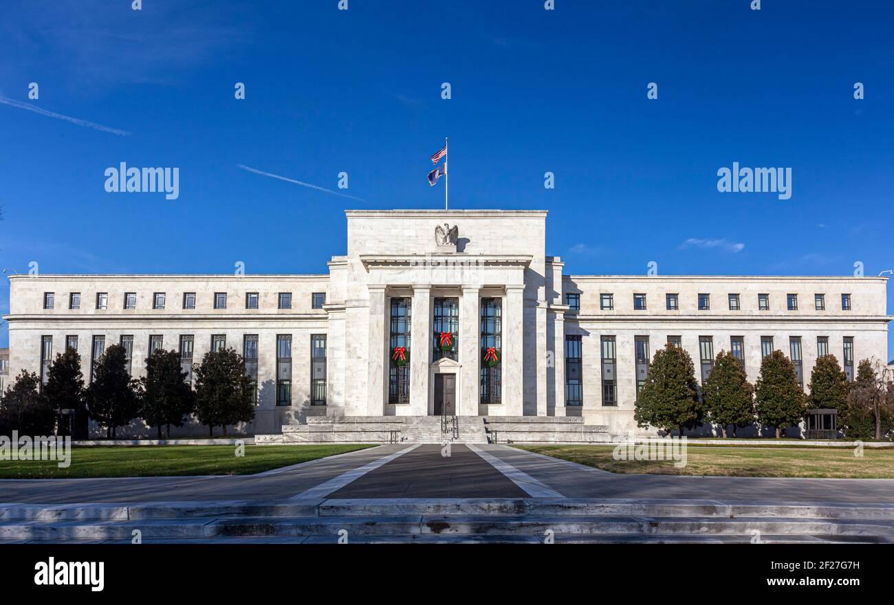 Washington DC, EE.UU., 11-29-2020: Vista panorámica del edificio de la Junta de la Reserva Federal de Marriner S. Eccles (edificio Eccles) que alberga las oficinas principales de Foto de stock