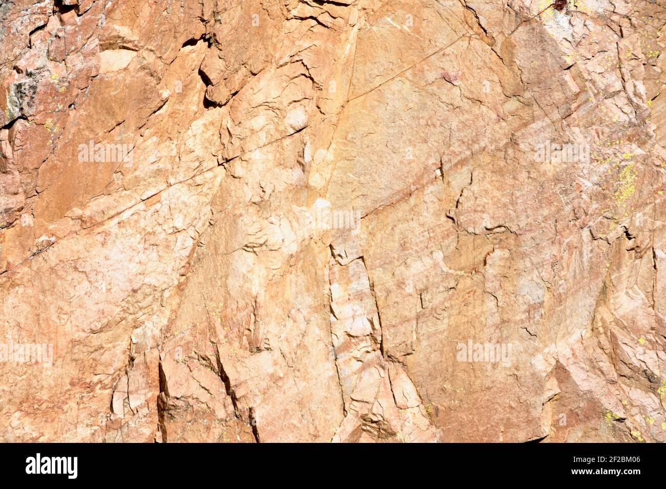 Roca de granito y piedra de fondo abstracto con múltiples colores y venas. Foto de stock