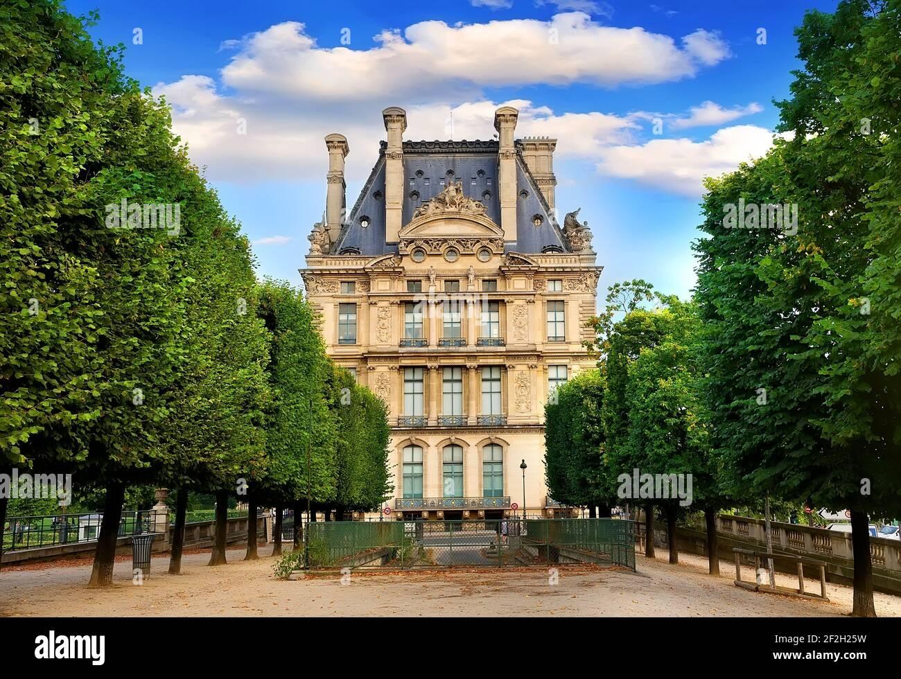 París, Francia - 26 de agosto de 2016. Ver en el Museo del Louvre desde La Terrasse du bord de l'Eau en París, Francia Foto de stock
