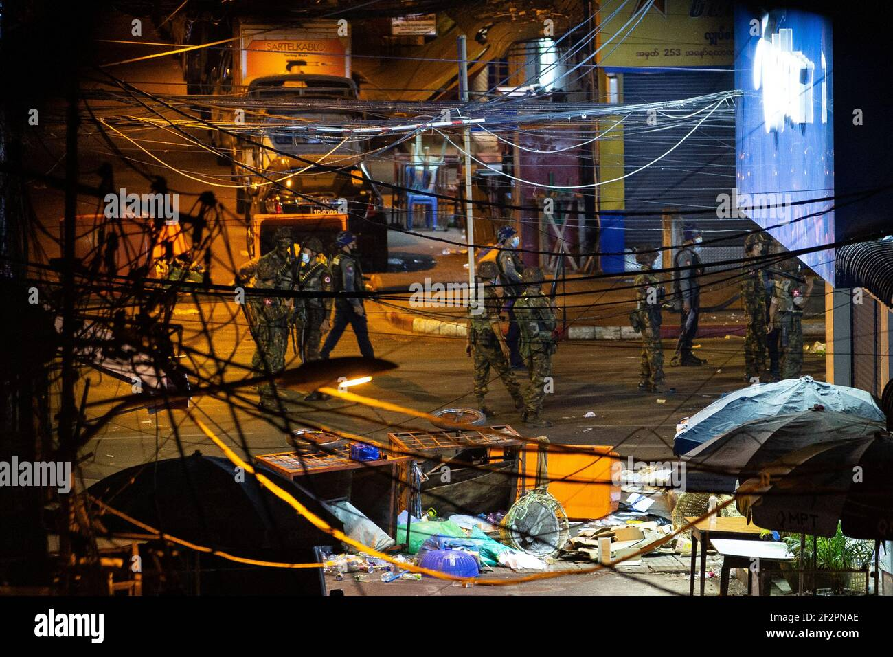 El ejército y la policía de Myanmar vieron a buscar a los residentes y manifestantes escondidos en los edificios después de una manifestación contra el golpe militar.la policía de Myanmar atacó a los manifestantes con balas de goma, municiones vivas, gas lacrimógeno y bombas de aturdimiento en respuesta a los manifestantes contra el golpe militar el viernes. Dos informaron de muertos. El ejército de Myanmar detuvo a la Consejera de Estado de Myanmar, Aung San Suu Kyi, el 01 de febrero de 2021, y declaró el estado de emergencia mientras se apoderaba del poder en el país durante un año después de perder las elecciones contra la Liga Nacional para la Democracia (LND). Foto de stock