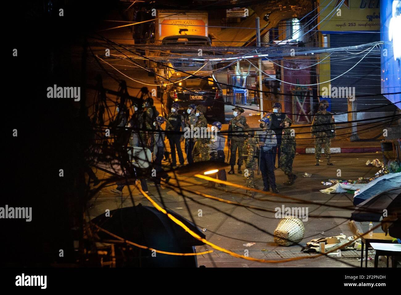 El ejército y la policía de Myanmar vieron a buscar a los residentes y manifestantes escondidos en los edificios después de una manifestación contra el golpe militar.la policía de Myanmar atacó a los manifestantes con balas de goma, municiones vivas, gas lacrimógeno y bombas de aturdimiento en respuesta a los manifestantes contra el golpe militar el viernes. Dos informaron de muertos. El ejército de Myanmar detuvo a la Consejera de Estado de Myanmar, Aung San Suu Kyi, el 01 de febrero de 2021, y declaró el estado de emergencia mientras se apoderaba del poder en el país durante un año después de perder las elecciones contra la Liga Nacional para la Democracia (LND). (Foto de Theint Mon Soe/SOPA Images/ Foto de stock