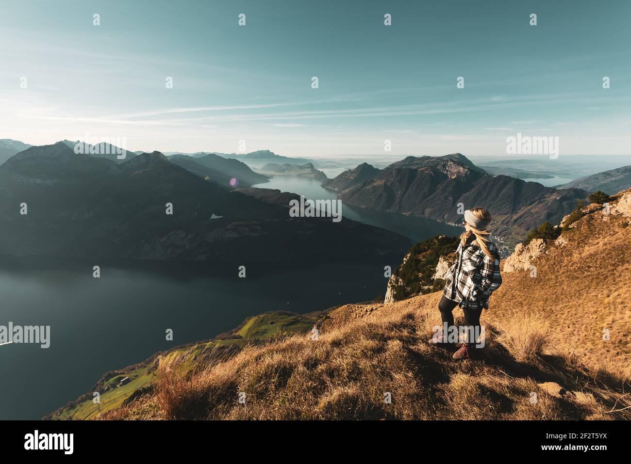 Frau schaut auf den Vierwaldstättersee - Herbst GRATWANDERUNG KLINGENSTOCK nach FRONALPSTOCK - Stoos (Schwyz) - Schweiz Foto de stock