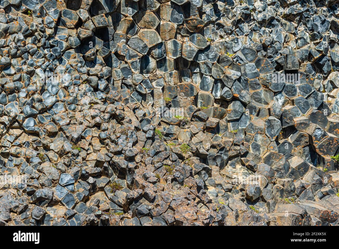 Detalle de rocas de basalto hexagonales en Hljodaklettar en Islandia Foto de stock