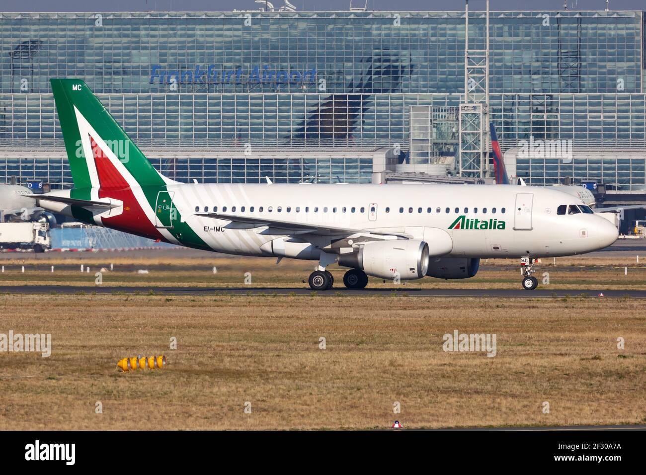 Frankfurt, Alemania - 16 de octubre de 2018: Avión Airbus A319 de Alitalia en el aeropuerto de Frankfurt (FRA) en Alemania. Airbus es un fabricante europeo de aviones Foto de stock