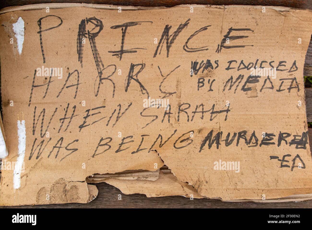 14th de marzo de 2021 - un cartel sobre el príncipe Harry hace referencia a Sarah Everard en Clapham Common, el día después de la vigilia cancelada Foto de stock