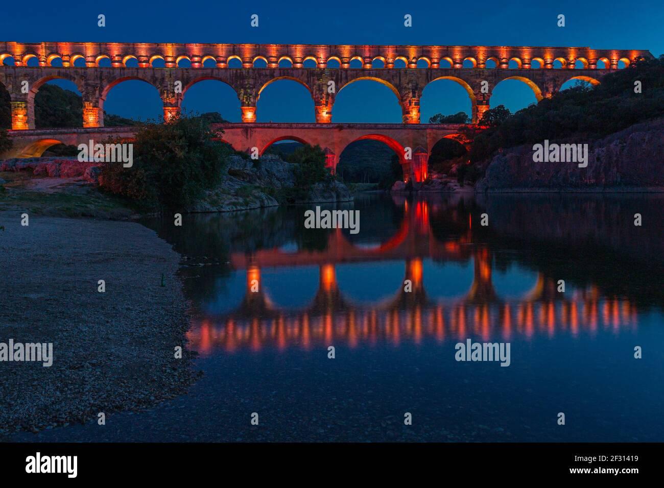 El Pont du Gard es un acueducto romano en el sur de Francia Foto de stock