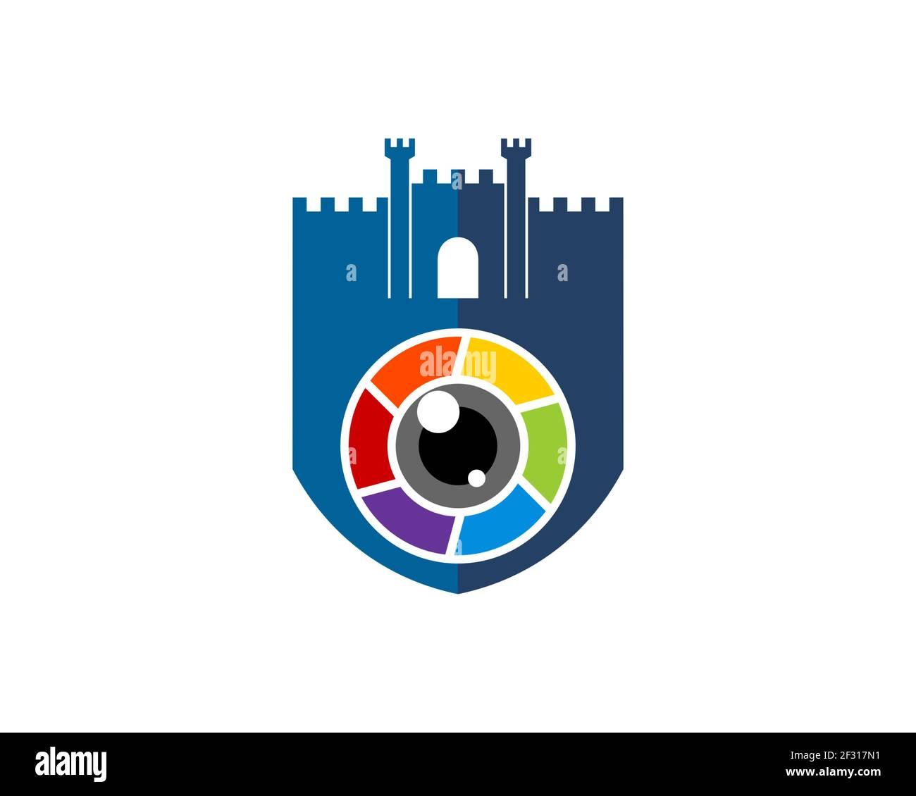 Escudo fortaleza con cámara de lente arco iris Foto de stock