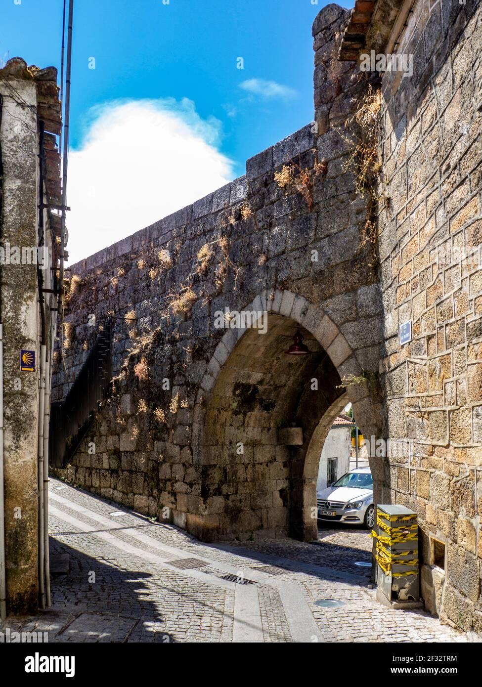 Guarda, Portugal; 2020 de agosto: 'Porta d'el Rei', una de las puertas de la antigua muralla de la ciudad medieval de guarda, Portugal. Foto de stock