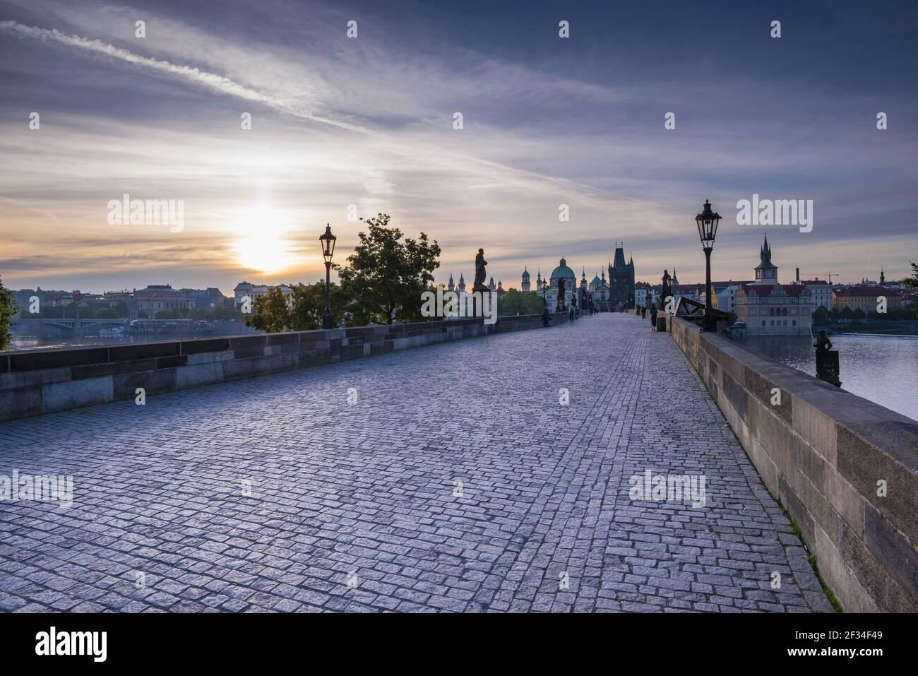 Geografía / viajes, República Checa, Puente de Carlos con la torre del puente del casco antiguo, Patrimonio de la Humanidad de la UNESCO, Praga, República Checa, Libertad de Panorama Foto de stock