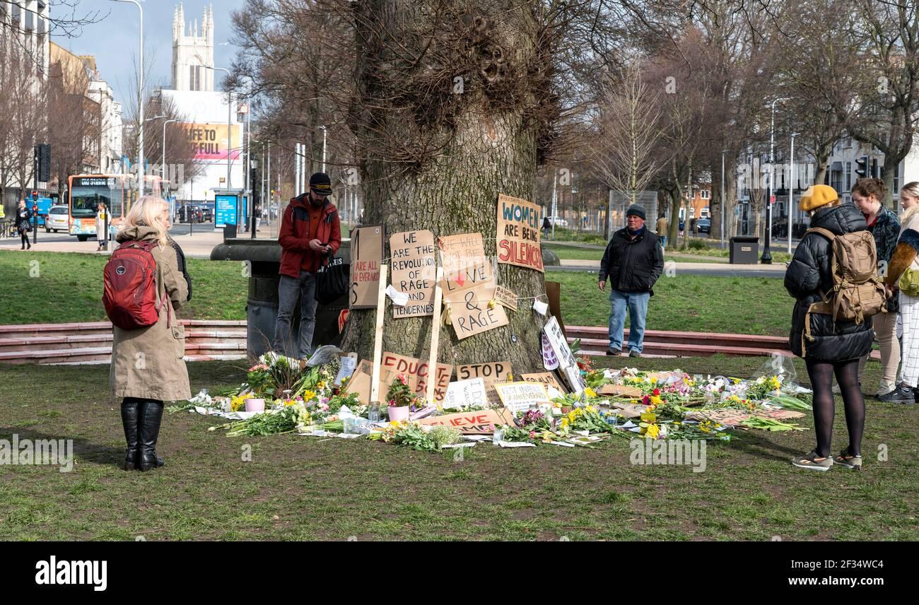 Brighton Reino Unido 15th de marzo de 2021 - tributos florales y mensajes para la víctima de asesinato Sarah Everard y algunos mensajes anti-policía dejados en Valley Gardens en Brighton, donde se celebró una vigilia a la luz de las velas el sábado: Crédito Simon Dack / Alamy Live News Foto de stock