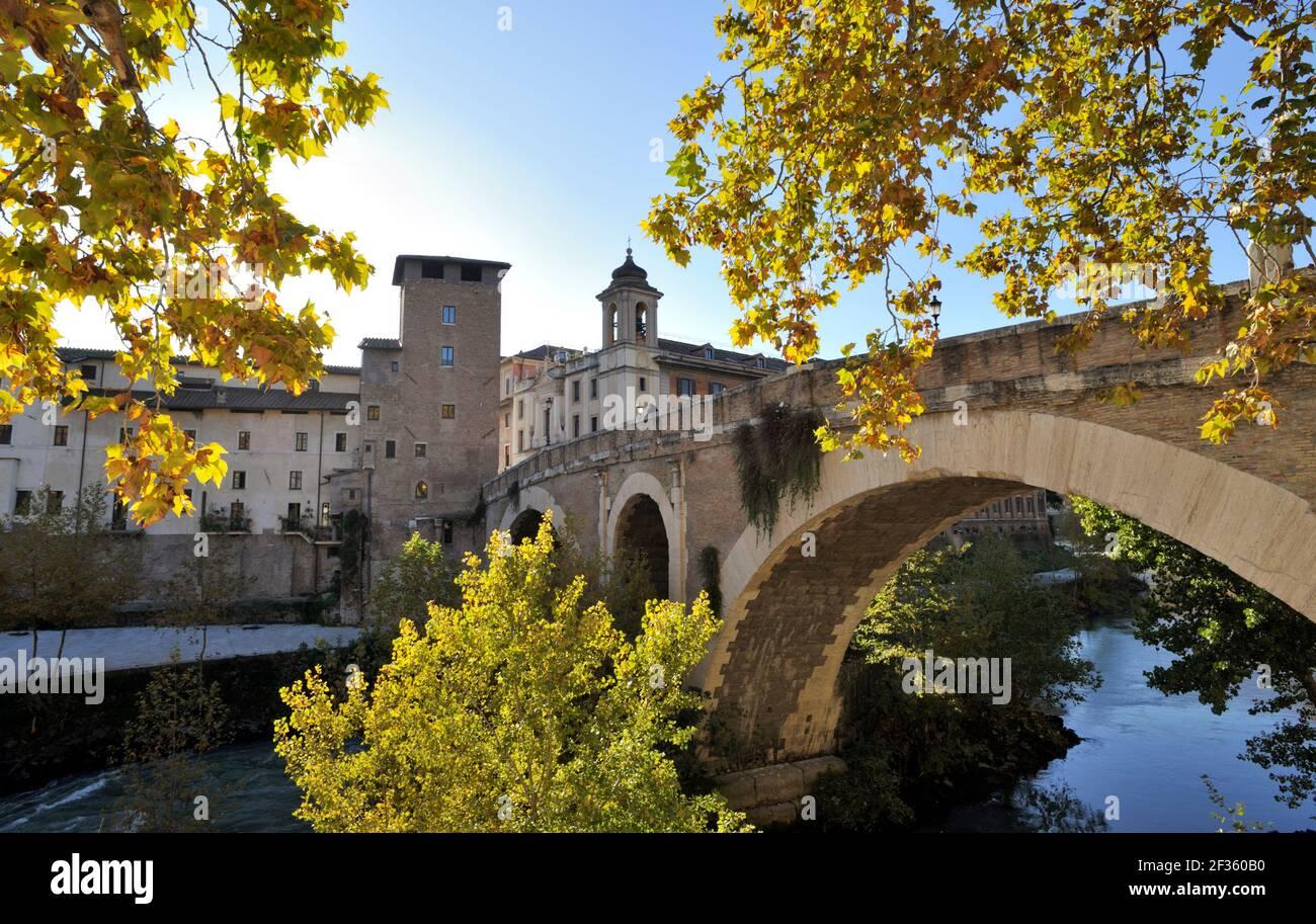italia, roma, río tíber, isola tiberina, pons fabricius puente en otoño Foto de stock