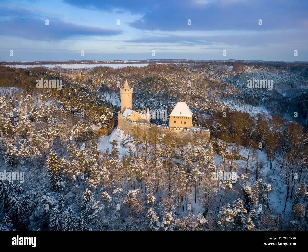 Vista aérea del castillo medieval Kokorin en invierno durante el amanecer. Parque nacional Kokorinsko cerca de Praga en República Checa. Europa Central. Foto de stock
