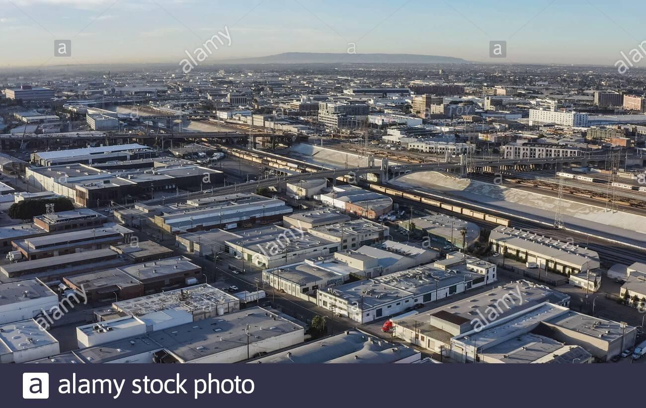 Centro de los Ángeles en la luz de la mañana como se ve desde el este a través del río LA - Time Consaladed, los Angeles, California, Estados Unidos (EE.UU.) Foto de stock