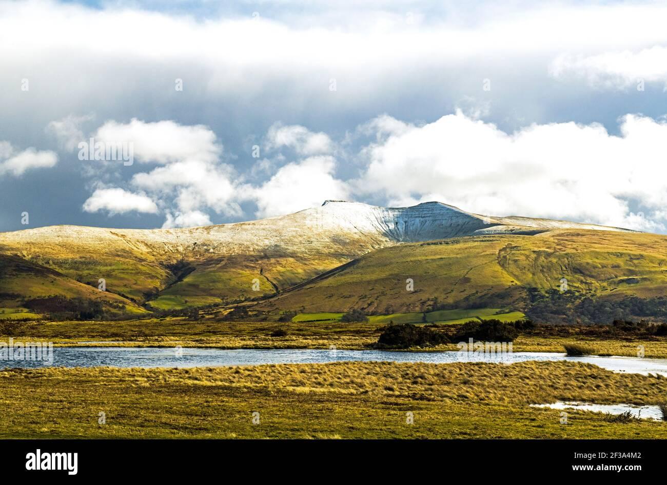 Pen y Fan y Corn Du Brecon Beacons National Park En marzo Foto de stock
