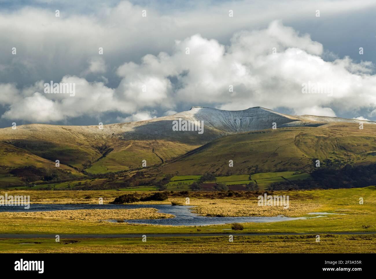 PRN y Fan y Corn Du visto desde todo Mynydd Illtyd común en marzo con algo de nieve Foto de stock