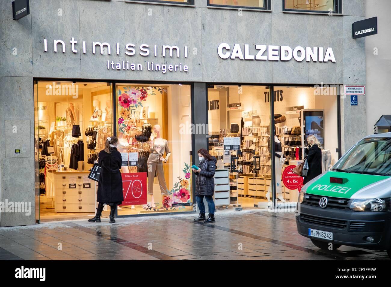 Schlange vor Intimissimo und Calzedonia während die Polizei dran vorbeifährt. Viele Menschen nutzen den Nachmittag am 16,3.2021, um in der Innenstadt von München einzukaufen. Da die Inzidenz in München weiter über 50 liegt und sogar stetig steigt, muss man zum Shoppen (in der Fußgängerzone) vorher einen Termin vereinbaren. - mucha gente usa la ocasión el 16 2021 de marzo para ir de compras al centro de Munich. Como la incidencia es mayor de 50 y está aumentando, uno tiene que registrarse antes de comprar. (Foto de Alexander Pohl/Sipa USA) crédito: SIPA USA/Alamy Live News Foto de stock