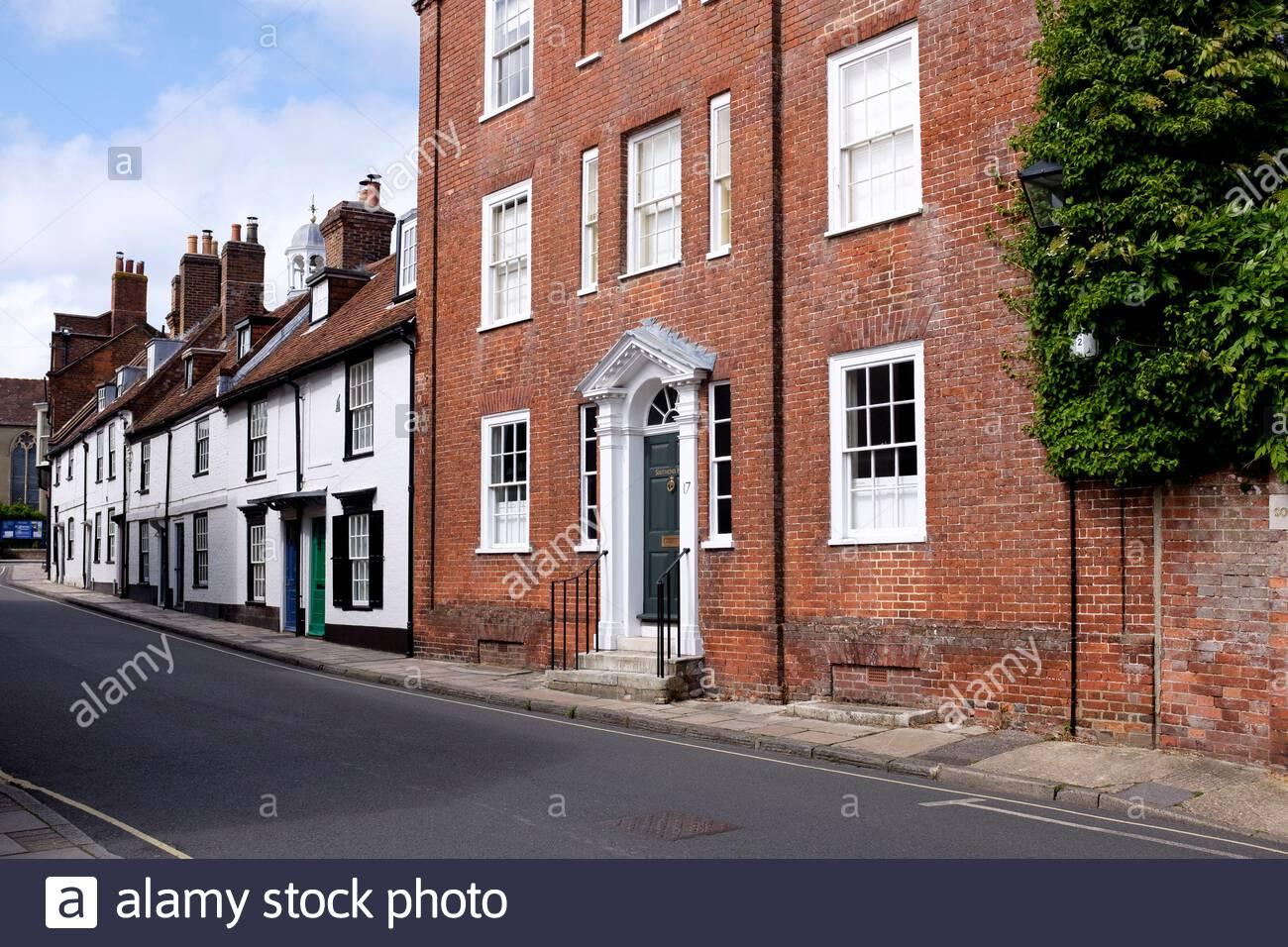 Vea a través de Church Lane hasta Southend House en Lymington, Hampshire, Inglaterra, Reino Unido Foto de stock