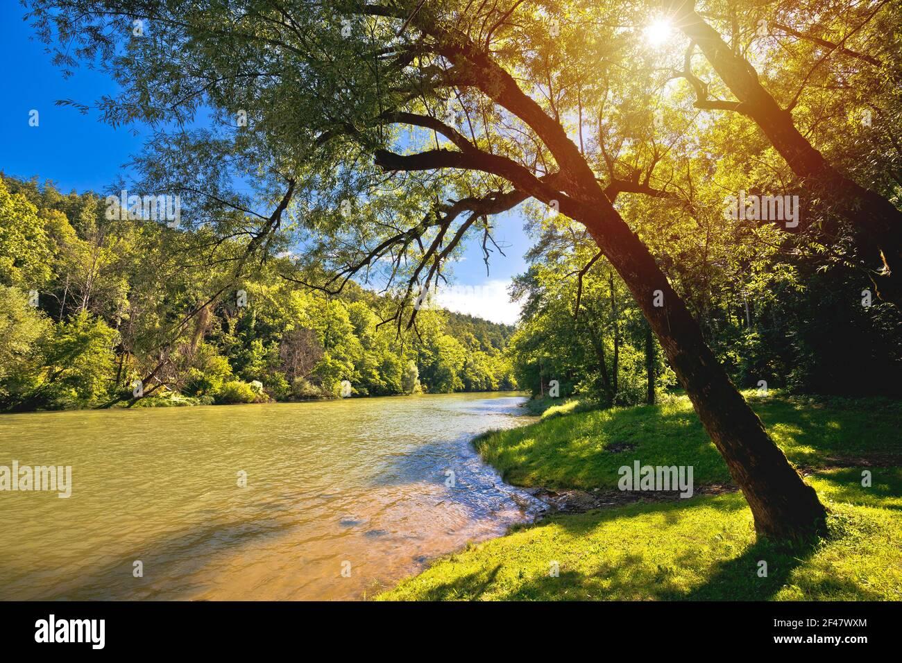 Paisaje verde del río Kupa cerca de Severin en la región de Gorski Kotar de Croacia, frontera con Croacia y Eslovenia Foto de stock
