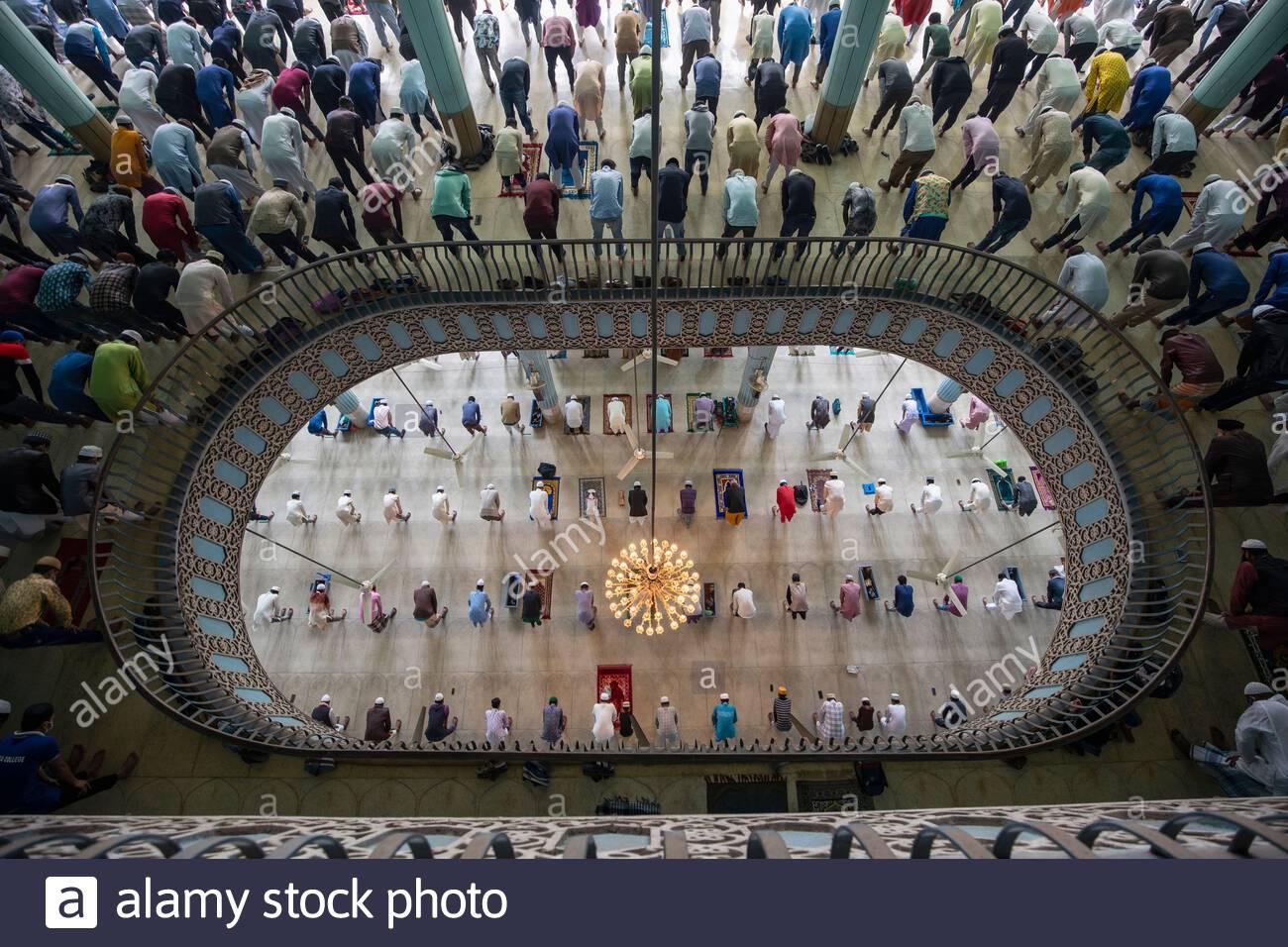 Miles de personas se reúnen para rezar en varios pisos de una de las mezquitas más grandes del mundo en Dhaka, Bangladesh. Foto de stock