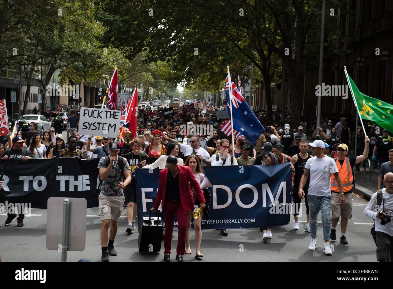 """Melbourne, Australia 20 de marzo de 2021, los manifestantes salen a las calles en el Freedom Rally que fue parte de una demostración del planeado """"World Wide Rally for Freedom"""" que fue organizado para llamar a la libertad de elección, expresión y movimiento. Crédito: Michael Currie/Alamy Live News Foto de stock"""