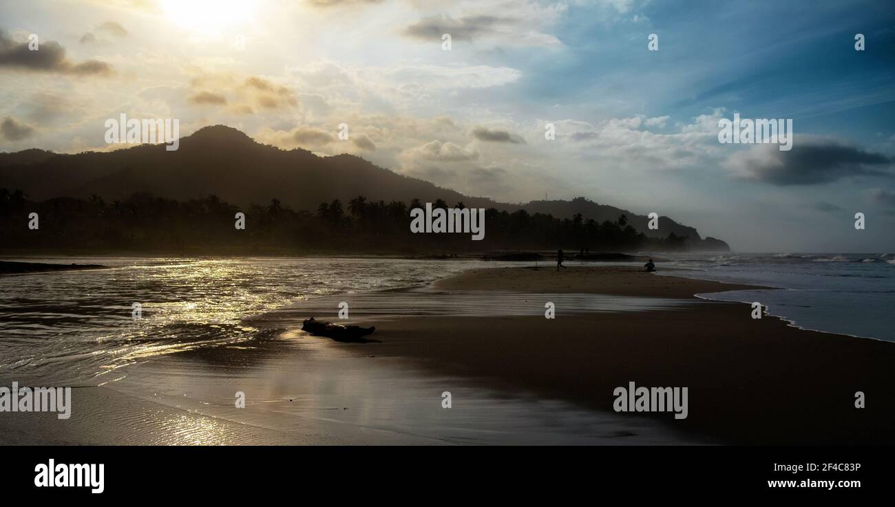 El río Palomino y el océano Caribe se reúnen al atardecer en Palomino, Colombia. Foto de stock