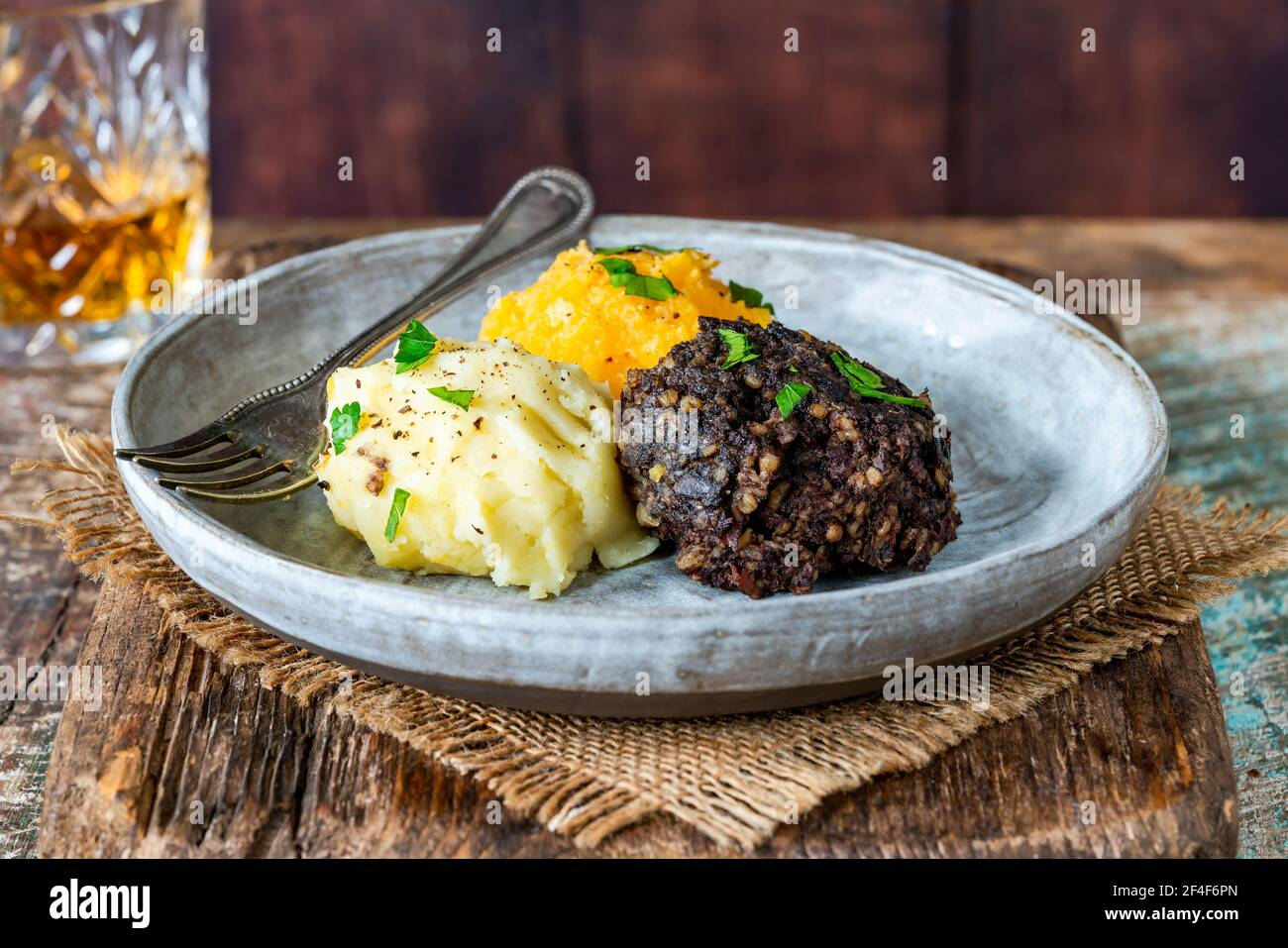 Haggis, neeps y tatties (haggis con nabos y patatas) - tradicional plato escocés para la noche de Burns Foto de stock