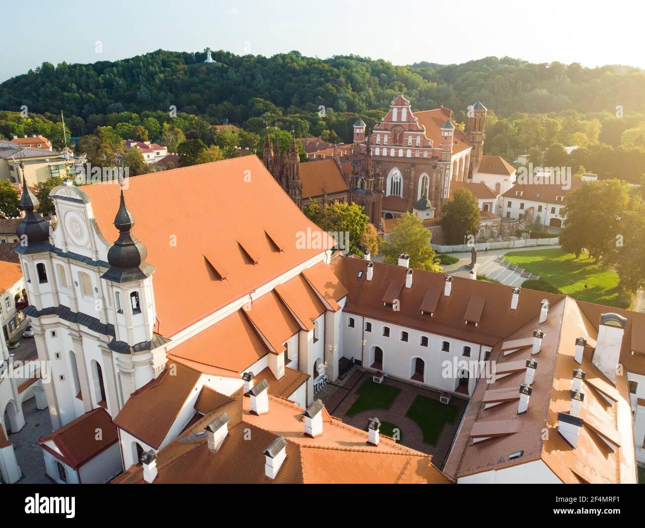 Vista aérea del casco antiguo de Vilnius, una de las ciudades medievales más grandes del norte de Europa. Paisaje veraniego del casco antiguo de la ciudad, inscrito en la UNESCO Foto de stock