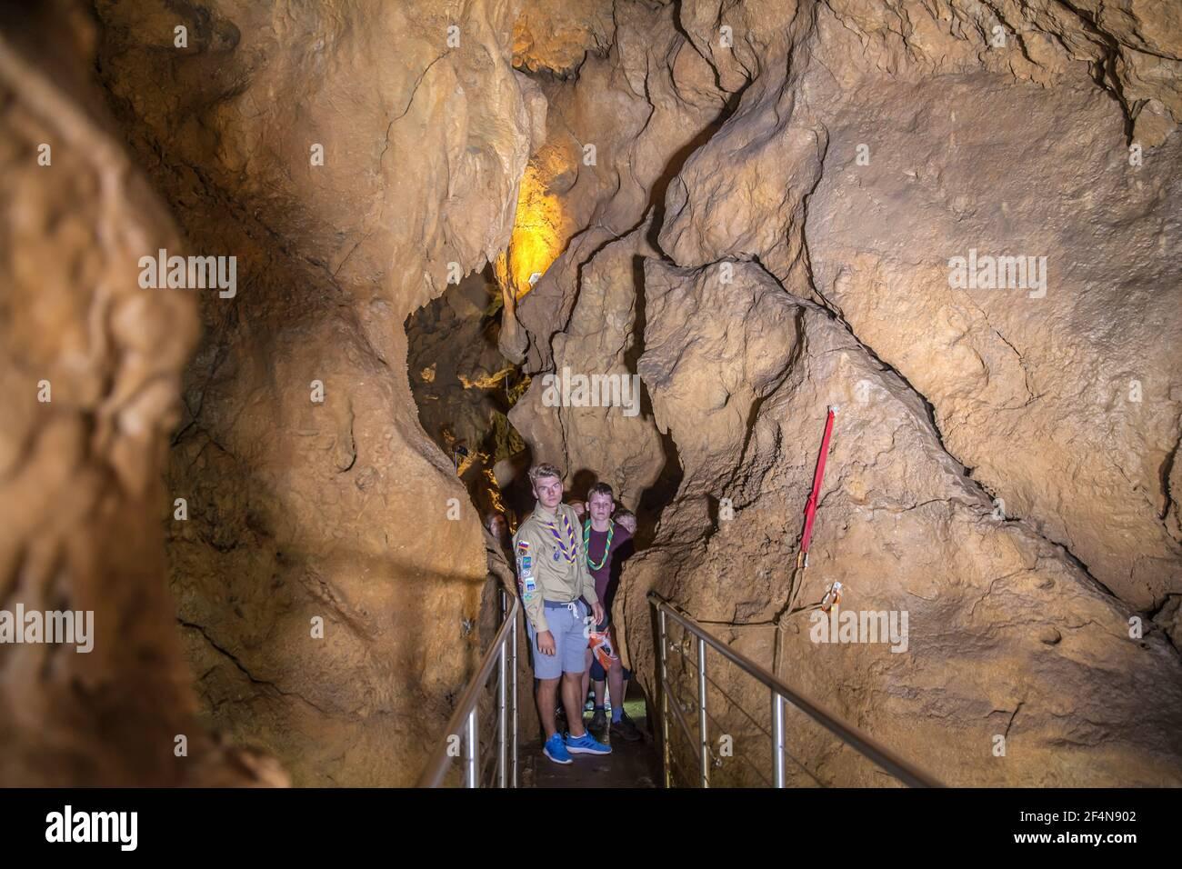 DOMZALE, ESLOVENIA - 16 de julio de 2019: Los Scouts están explorando esta cueva y el líder les está enseñando sobre Karst. Foto de stock