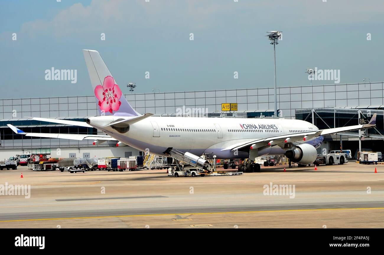 China Airlines-Taiwán, Airbus,A330-300, B-18360, en la puerta, aeropuerto de Naha, Okinawa, Islas Ryukyu, Japón Foto de stock