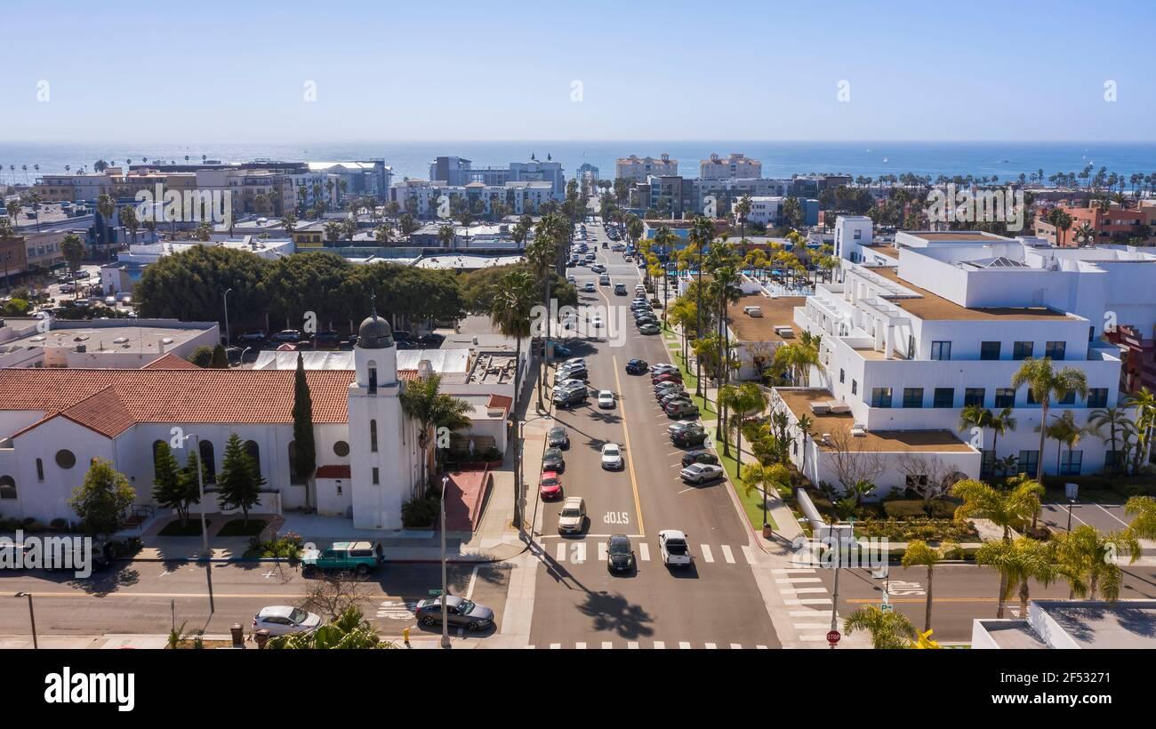 Vista aérea durante el día del centro de la ciudad de Oceanside, California, EE.UU. Foto de stock