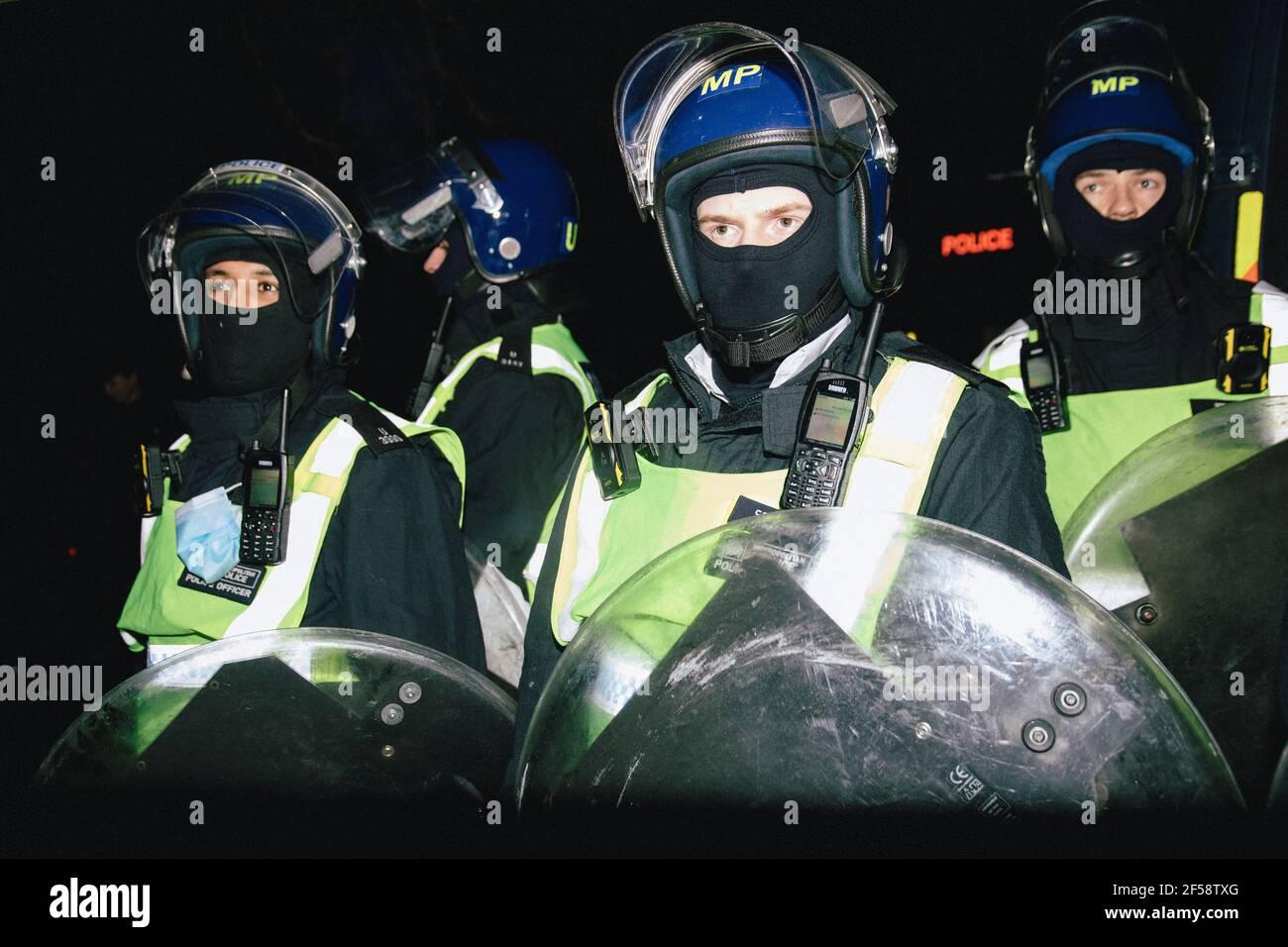 Londres, Reino Unido, 20th de marzo de 2021. Alrededor de 6000 manifestantes contra el bloqueo y la vacunación y contra la Policía, el crimen, la sentencia y los tribunales Bill march en el centro de Londres. La protesta comenzó en Hyde Park con una serie de detenciones y un discurso de Piers Corbyn, que se presenta a la alcaldía de Londres, marchó sin problemas por el centro de Londres y terminó con un puesto de atrás en Hyde Park entre unos 200 manifestantes y la policía antidisturbios restantes. Policía antidisturbios preparada Foto de stock