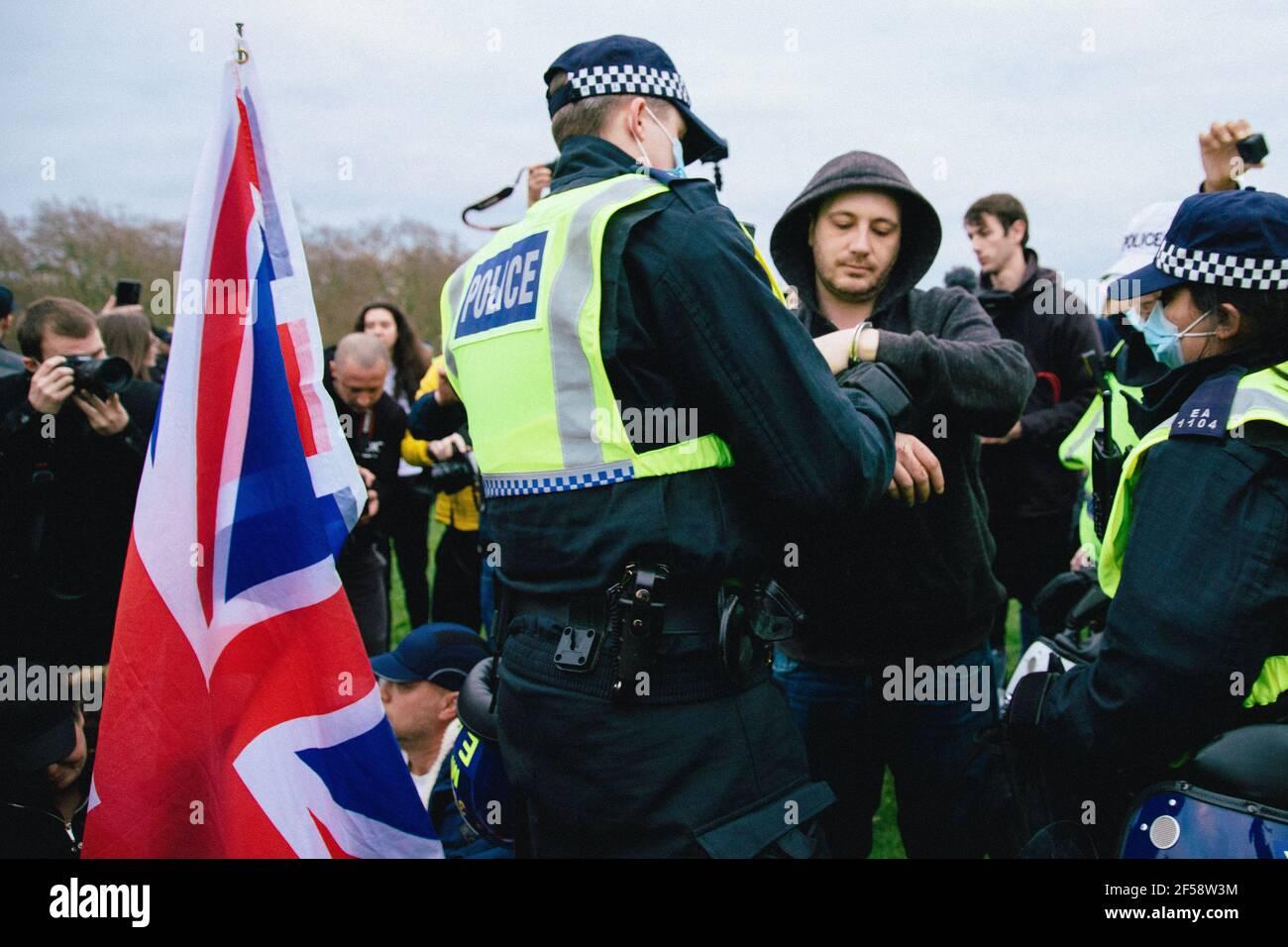 Londres, Reino Unido, 20th de marzo de 2021. Alrededor de 6000 manifestantes contra el bloqueo y la vacunación y contra la Policía, el crimen, la sentencia y los tribunales Bill march en el centro de Londres. La protesta comenzó en Hyde Park con una serie de detenciones y un discurso de Piers Corbyn, que se presenta para el alcalde de Londres, Marchó sin problemas por el centro de Londres y terminó con un puesto de espera tenso en Hyde Park, entre unos 200 manifestantes y policías antidisturbios restantes. Un hombre es arrestado en Hyde Park Foto de stock
