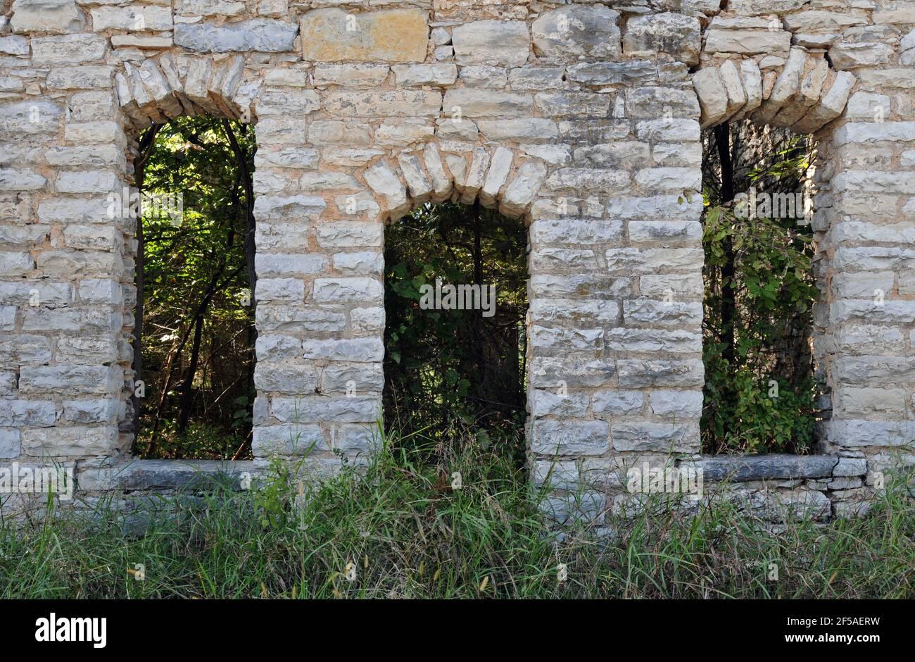 La puerta de piedra arqueada y ventanas en las ruinas de una antigua tienda general en la antigua Ruta 66 en plano, Missouri. Foto de stock