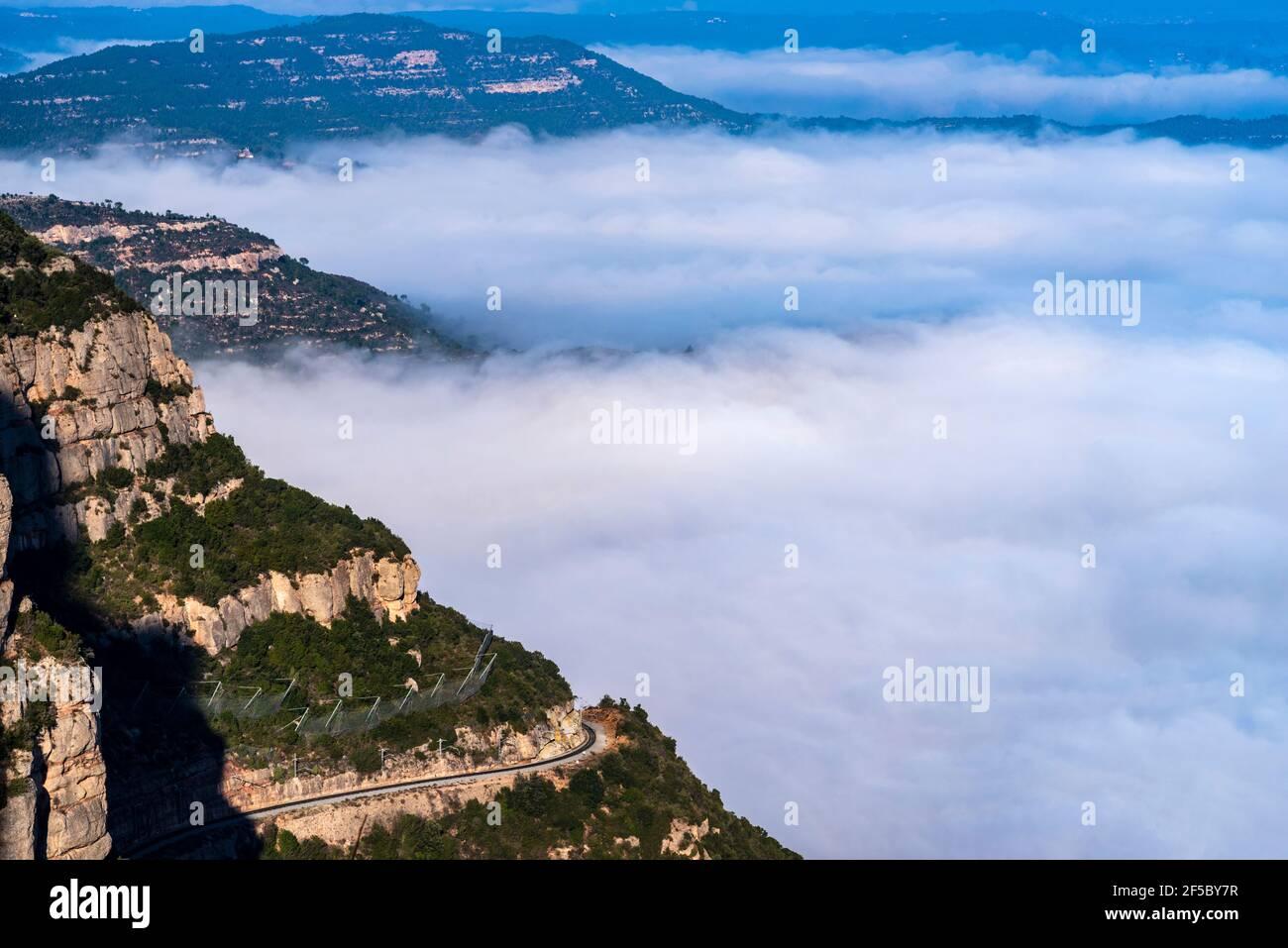 Montaña y basílica de Montserrat, Vista aérea del centro de Cataluña, zona de Manresa, Barcelona, Cataluña, España. Foto de stock