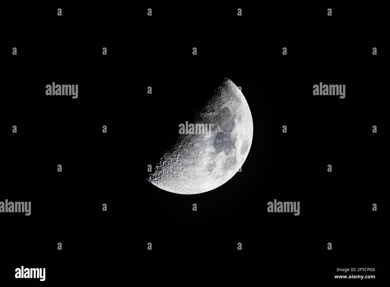 Primer plano de una media luna encerante sobre el norte de Londres, Reino Unido Foto de stock