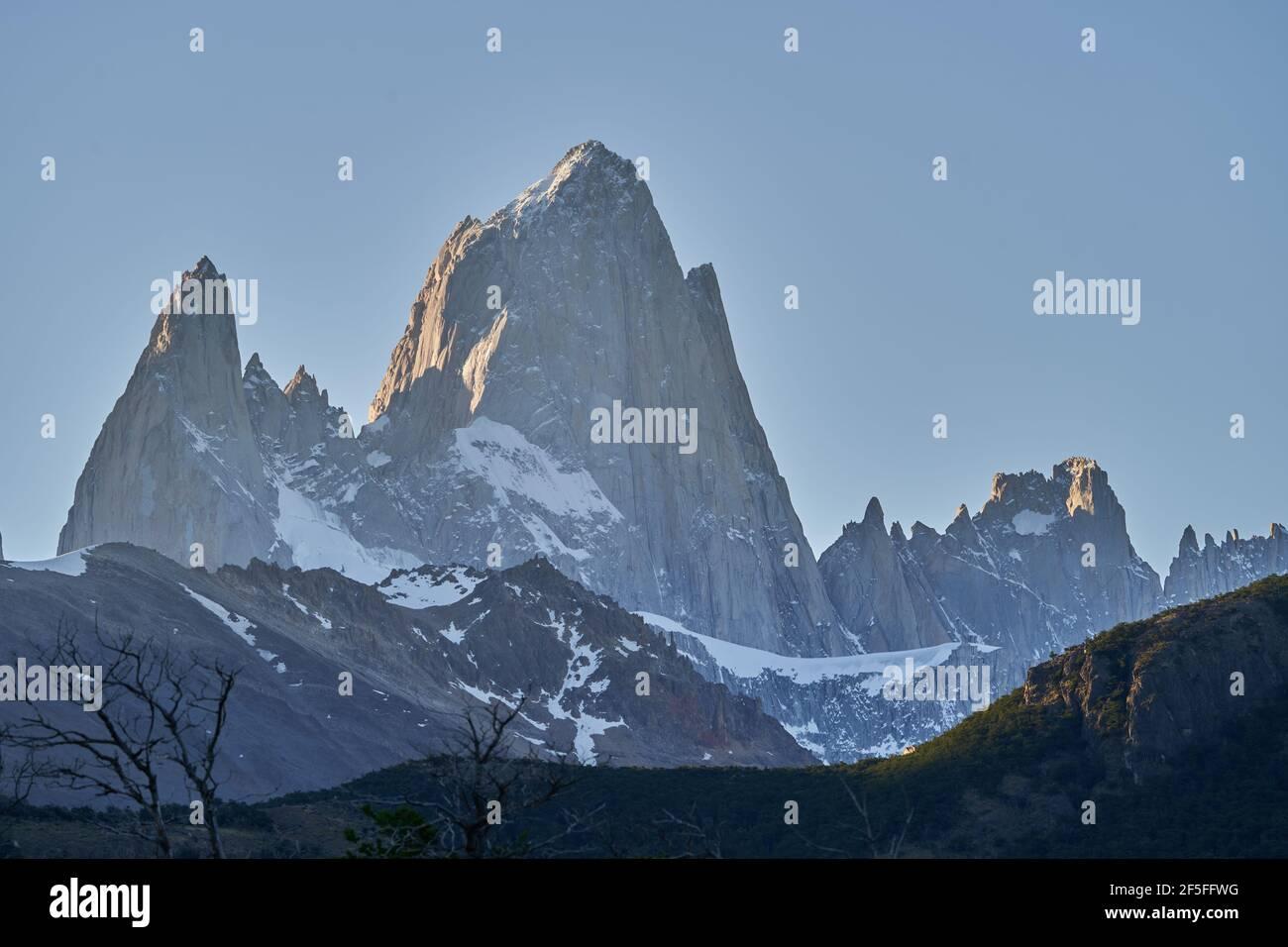 El Monte Fitzroy es un pico alto y característico en el sur de Argentina, Patagonia, Sudamérica y un destino turístico popular para el senderismo Foto de stock