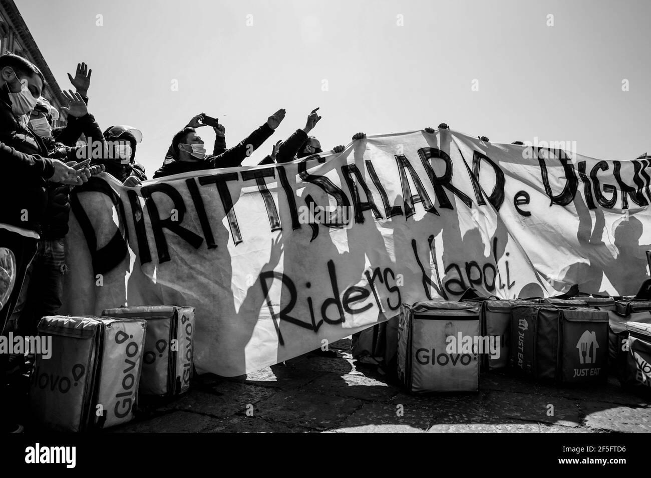 25 de marzo de 2020, NÁPOLES, CAMPANIA, ITALIA: 26/03/2021 Nápoles, Esta mañana los napolitanos tomaron las calles para protestar por más derechos de los trabajadores. (Imagen de crédito: © Fabio Sasso/ZUMA Wire) Foto de stock