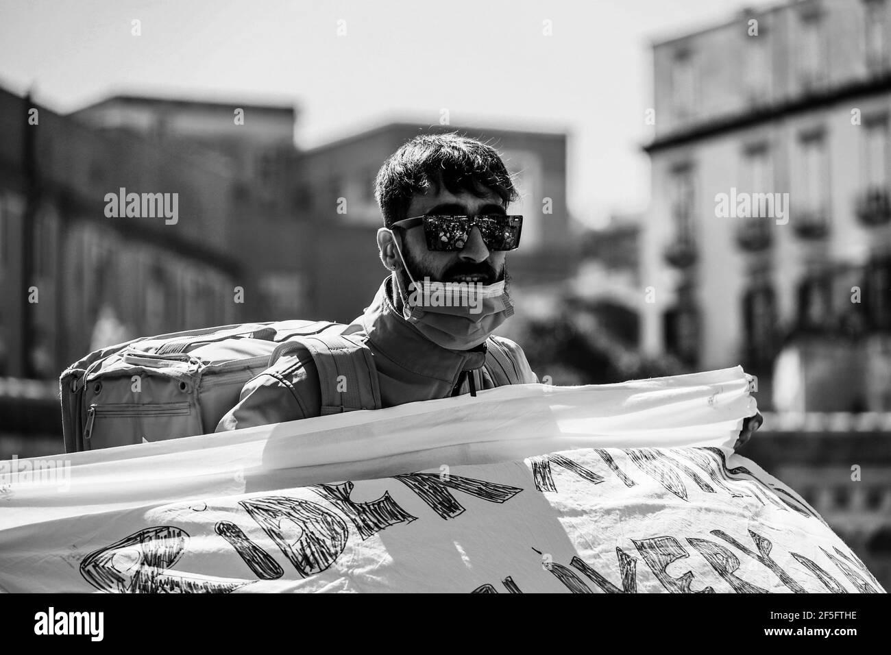 Nápoles, Campania, Italia. 25th de marzo de 2020. 26/03/2021 Nápoles, esta mañana los napolitanos tomaron las calles para protestar por más derechos de los trabajadores. Crédito: Fabio Sasso/ZUMA Wire/Alamy Live News Foto de stock