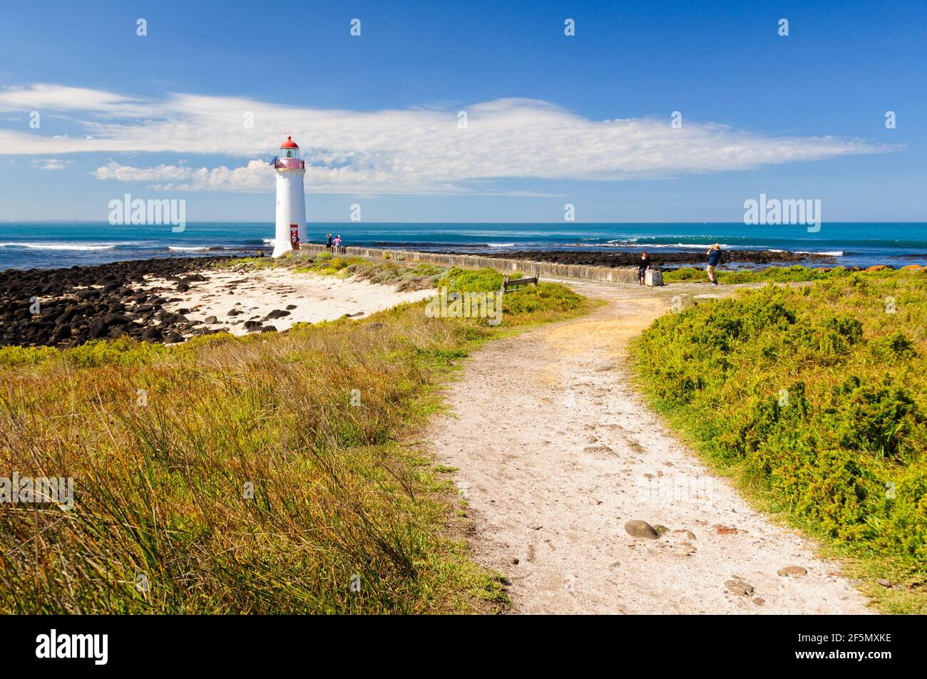 Este faro en la isla Griffiths fue construido en 1859 y es uno de los principales atractivos turísticos de la zona - Port Fairy, Victoria, Australia Foto de stock
