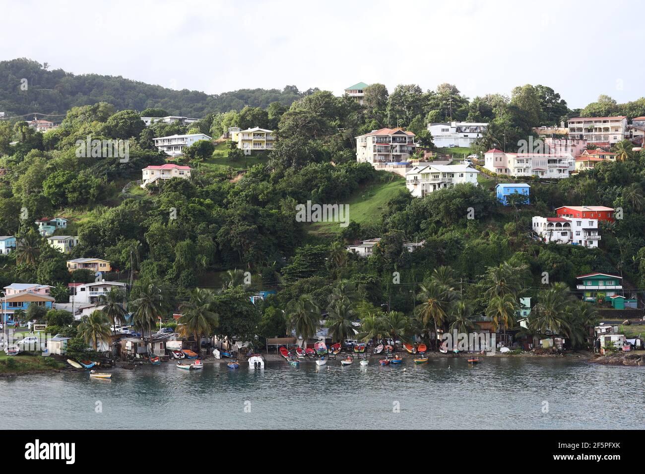 Hill Top y Mountainside Houses en la entrada al puerto de Castries en Santa Lucía. Foto de stock