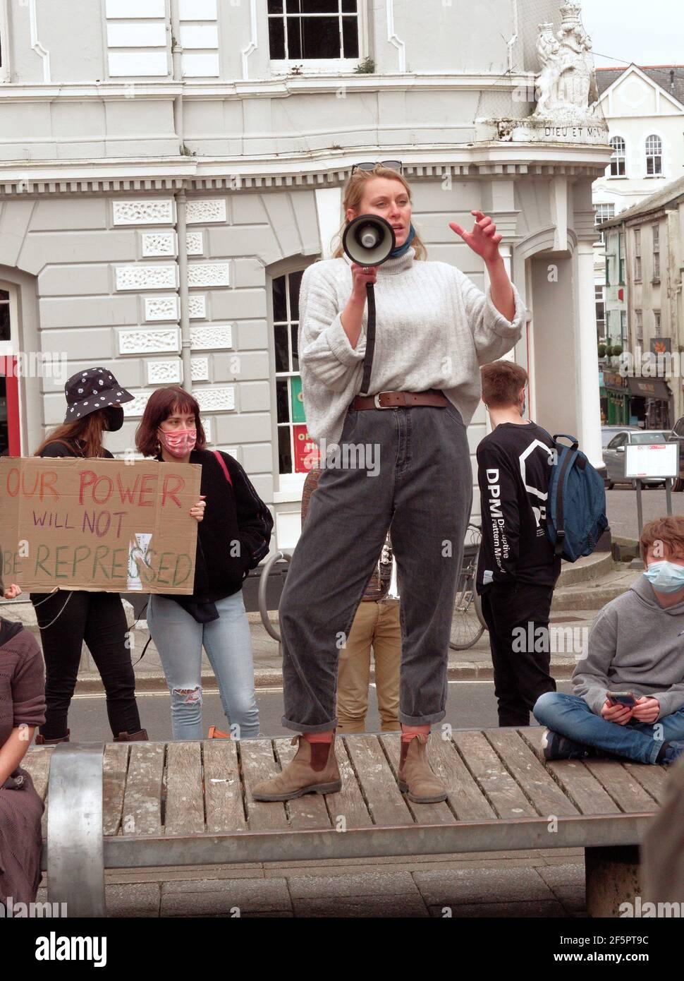 Falmouth, Cornwall, Reino Unido. 27 de marzo de 2021. Una manifestación de matar el proyecto de ley y una marcha en la que participan varios cientos de manifestantes ocurre en la plaza Moor en Falmouth, después de que los oradores terminaran, una marcha de 1,5 millas por el centro de la ciudad hasta Discovery Quay tuvo lugar para más discursos. La protesta en violación de las reglas de Covid fue vigilada a distancia por agentes de Devon y Cornwall. El proyecto de ley sobre la policía, el crimen y la sentencia y los tribunales podría causar graves limitaciones a los manifestantes que se considera que están causando graves trastornos. Falmouth. Cornwall, Inglaterra, 27th de marzo de 2021, crédito: Robert Taylor/Alamy Live NE Foto de stock