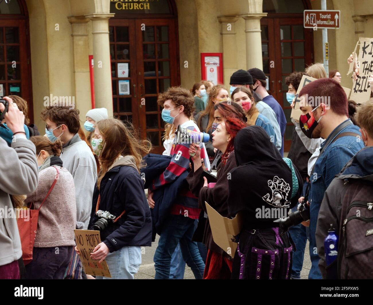 Una manifestación de matar el proyecto de ley y una marcha en la que participan varios cientos de manifestantes ocurre en la plaza Moor en Falmouth, después de que los oradores terminaran, una marcha de 1,5 millas por el centro de la ciudad hasta Discovery Quay tuvo lugar para más discursos. La protesta en violación de las reglas de Covid fue vigilada a distancia por agentes de Devon y Cornwall. El proyecto de ley sobre la policía, el crimen y la sentencia y los tribunales podría causar graves limitaciones a los manifestantes que se considera que están causando graves trastornos. Falmouth. Cornwall, Inglaterra, 27th de marzo de 2021, crédito: Robert Taylor/Alamy Live News Foto de stock