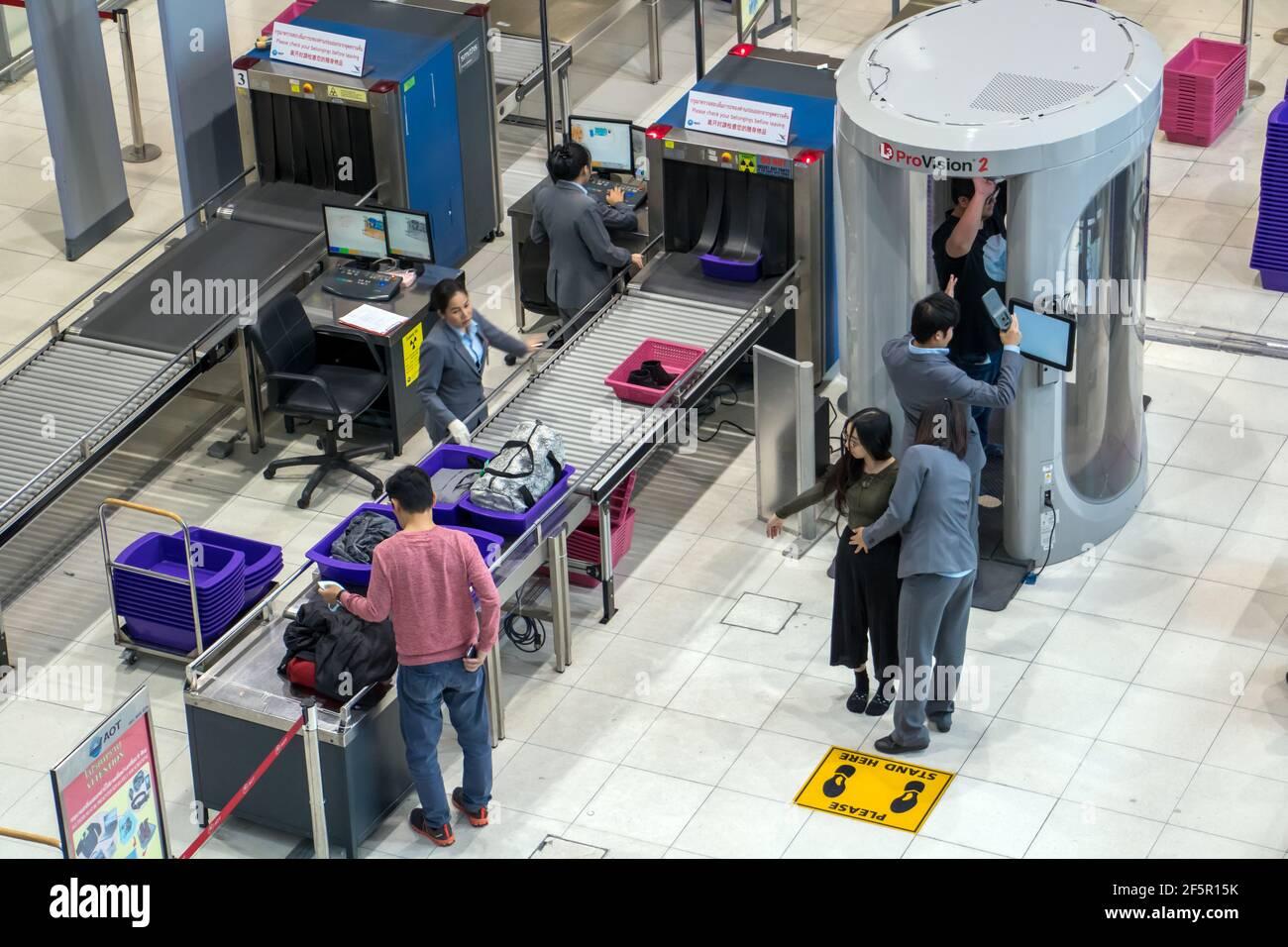 BANGKOK, TAILANDIA, 27 de noviembre de 2018, el control de pasajeros y su equipaje en el aeropuerto. Agentes de seguridad en el aeropuerto funciona en cuerpo escáner para comprobar Foto de stock