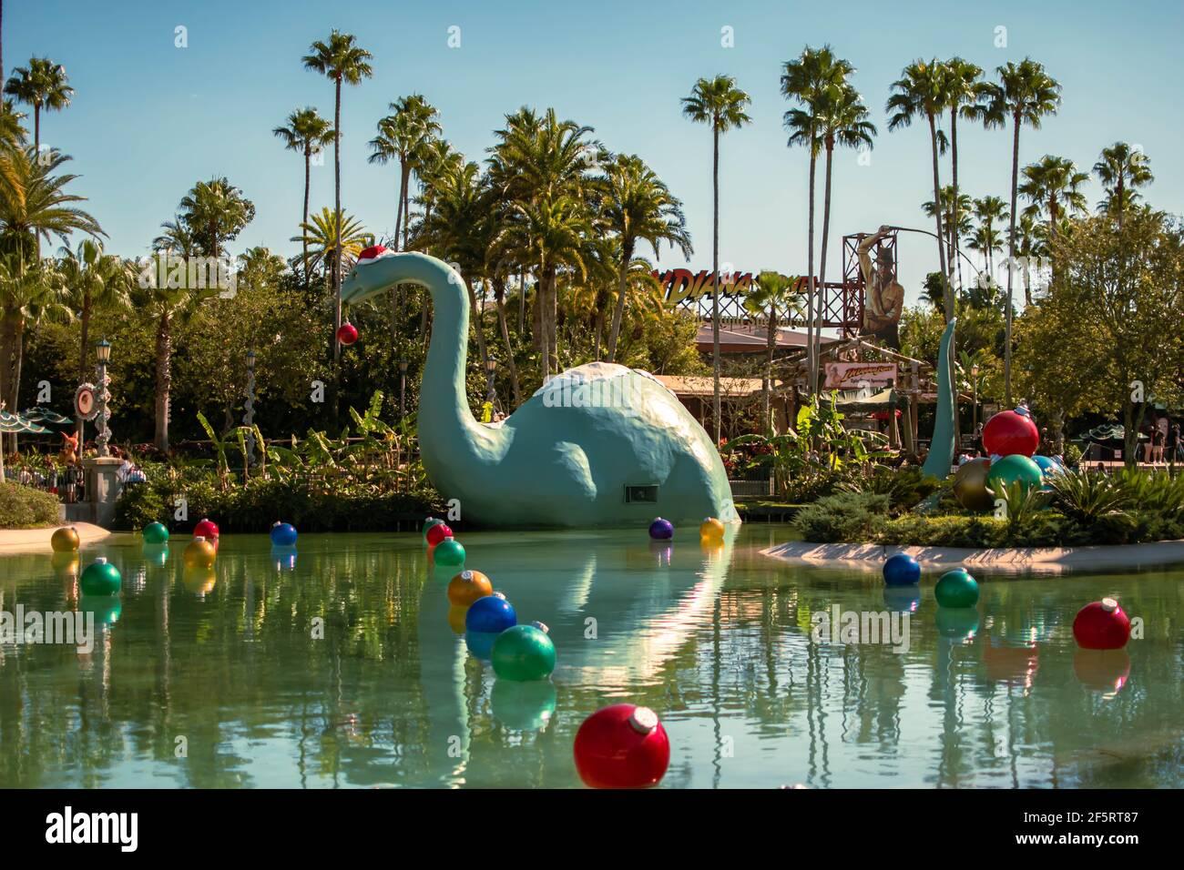 Orlando, Florida, enero de 05,2021. Vista panorámica de dinosaure y adornos navideños en Hollywood Studios (116) Foto de stock