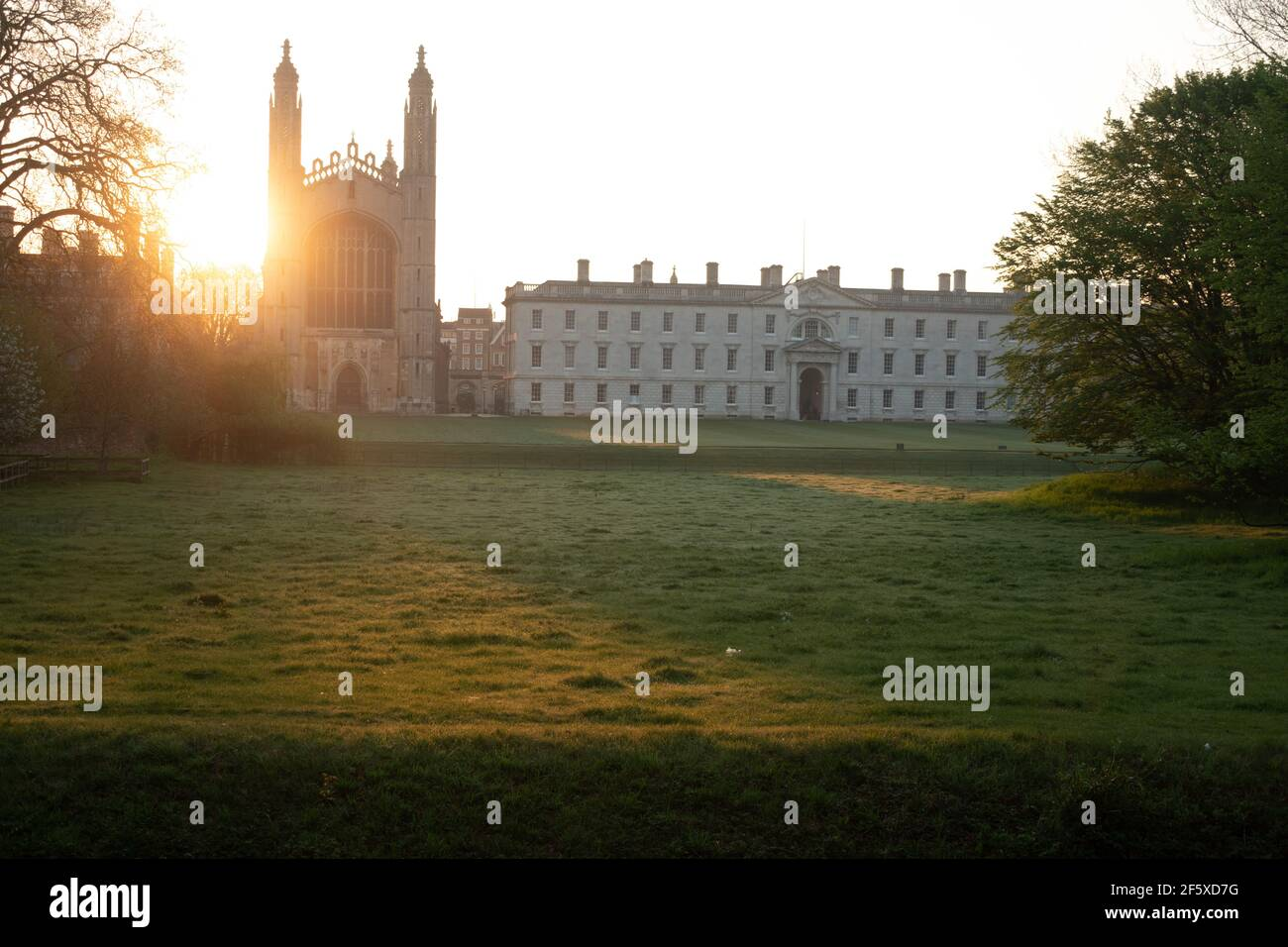 Icónico Cambridge, Kings College parte de la Universidad de Cambridge. Mirando al otro lado de los prados desde la parte de atrás en Queens Road Cambridge Foto de stock