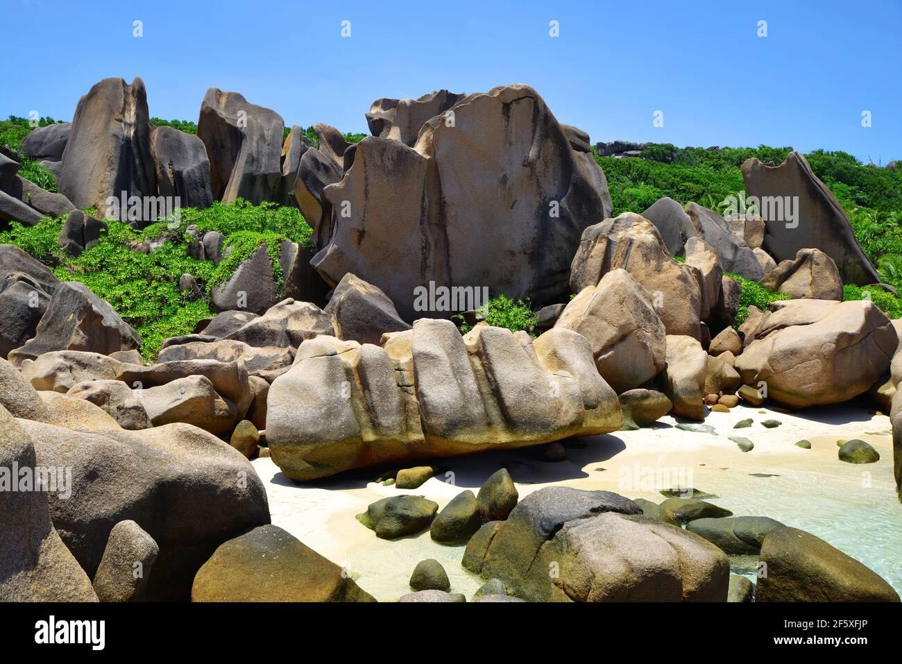 Anse Marron playa con grandes rocas de granito en la isla de la Digue, Seychelles. Paisaje tropical con cielo soleado. Destino exótico del viaje. Foto de stock