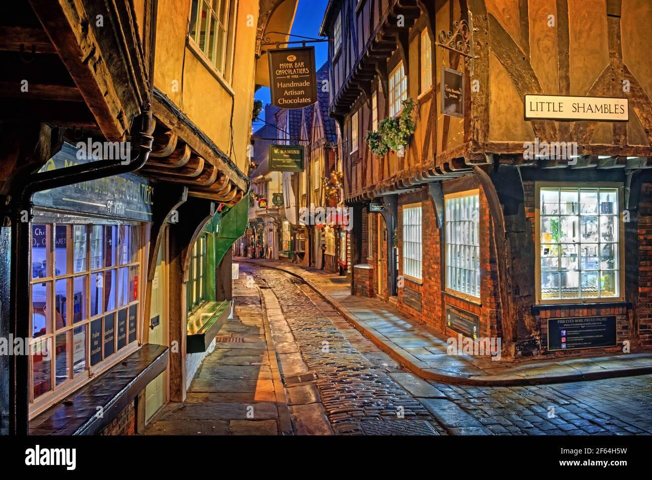 Reino Unido, Yorkshire del Norte, York, los Shambles por la noche Foto de stock