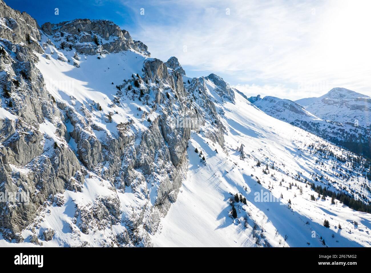 Vista aérea del paisaje de montaña de invierno. Nevadas escarpadas montañas de Vercors, Francia. Foto de stock